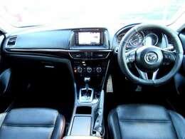 スタイリッシュでスポーティーな内装!視界も良好です。シートは黒革で高級感があります