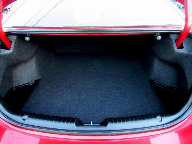 荷物も十分に積むことが可能でございます。リアシートは可倒式となっておりまして、さらにスペースを確保可能です。