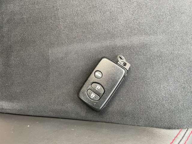 【スマートキー】鍵をポケットやカバンに入れたまま車のドア解除・施錠・エンジンのON・OFFが行えます☆荷物が多くて手がふさがっている時などとても便利です(*^^)v