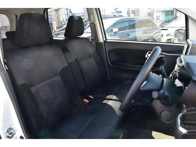 中古車なので使用感はありますが、座り心地の良いフロント シート。ウォークスルーに対応しています