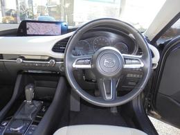 フロントガラスにはドライブレコーダーも装備されていて安心です。