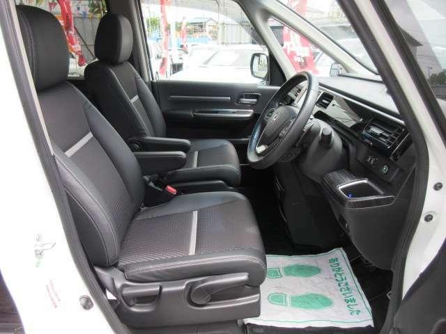 専用インテリア&専用ハーフレザーシート付き♪ ブラックで統一されております♪ 上品なハーフレザーシートで長距離運転でも安心ですね♪
