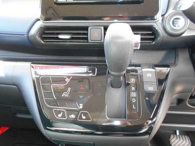 空調はオートエアコンで快適です。タッチパネル式なのでスムーズな操作が可能です。 電動パーキングブレーキ・プッシュエンジンスターターも装備しております。