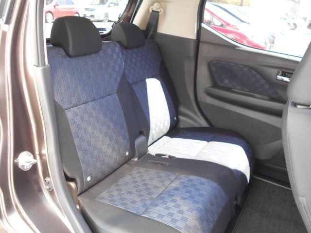 後席はスライド&リクライニング機能付きでゆったり座れます。