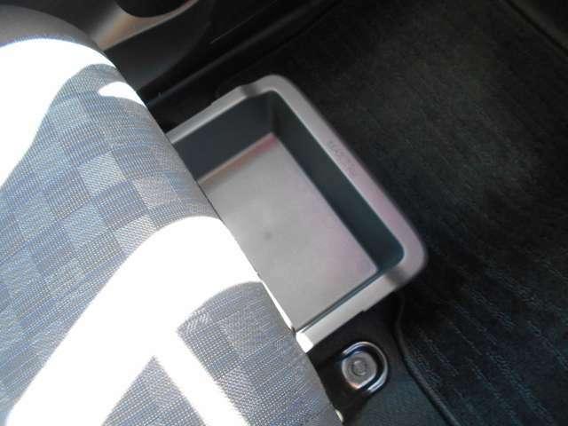 助手席シート下にはアンダーボックスを装備。