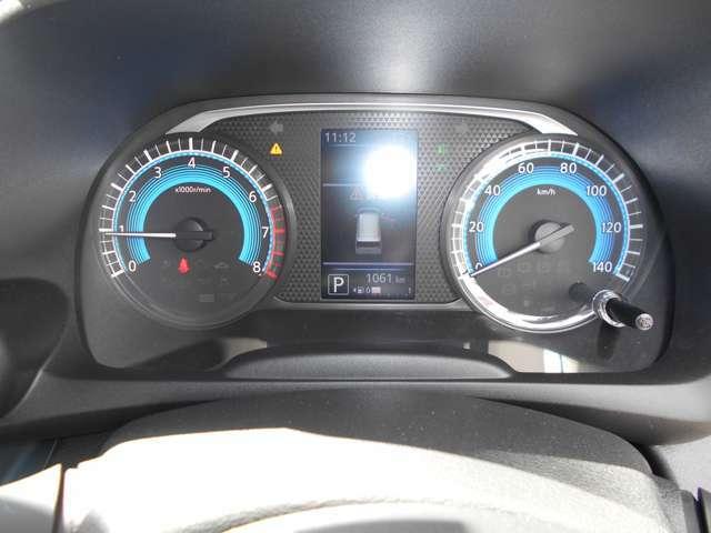 見やすいメーター類。 中央部のディスプレイに車両情報を表示します。