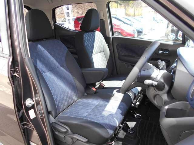 運転席&助手席 中央部にはアームレスト(肘掛)を装備! 運転席にはシートリフター(高さ調整機能)付きなので身長に関係無く運転しやすいポジションがとれます。