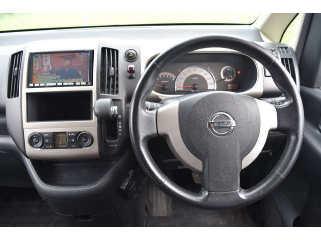 視界が広く運転しやすいように設計された運転席周り。運転が苦手なお客様でもこれなら安心ですね。