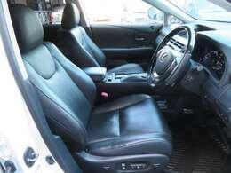 本革シートは、エアコン、ヒーター付きのエアシートになってます。もちろん左右座席ともパワーシートになってて、ドライバーの体型に合わせて微調整が可能です。