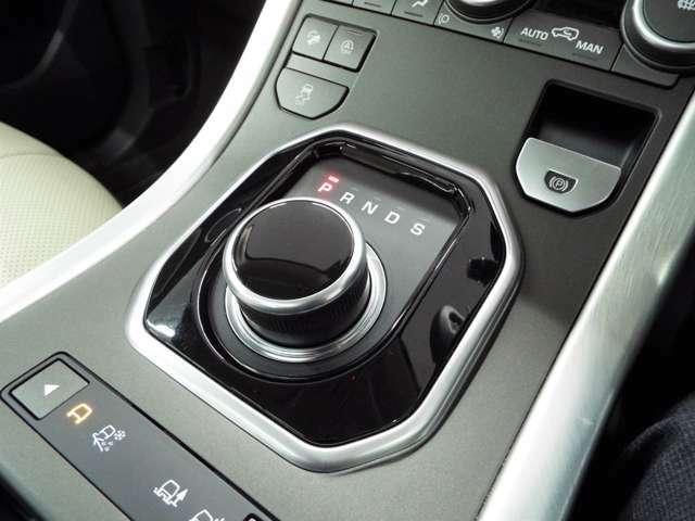ドライブセレクター・ロータリーシフトです。イグニッションONにするとセレクターが浮かび上がってきます。エンジン停止時に格納されます。
