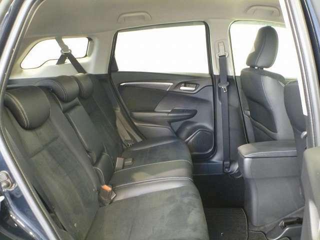 頭上空間や膝まわりに余裕をもたせた居住性の高い後席。リクライニング機構がよりリラックスした着座姿勢をもたらします。
