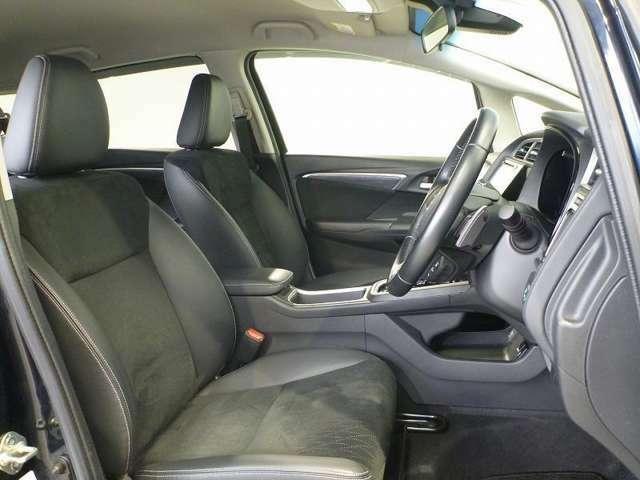 前席には、運転席と助手席をそれぞれ独立した空間に仕切るハイデッキセンターコンソールを採用。