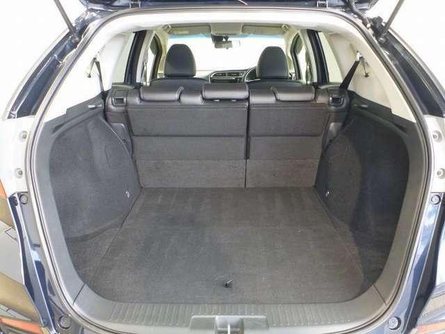 後席を倒さなくても最大で9.5型のゴルフバッグが4個積載できるなど、広々とした荷室を実現しています。