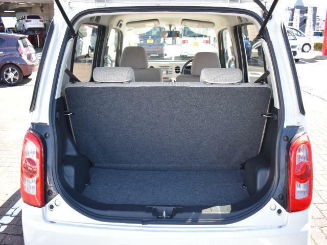 後席使用時でも十分な広さを確保した荷室空間!後席を倒せば、フラットになります。