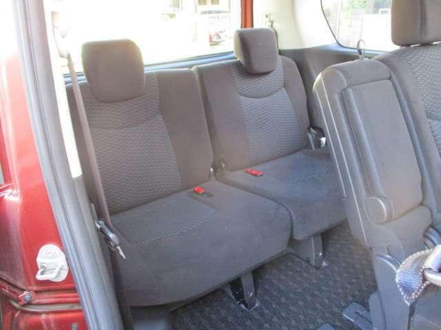 セカンドシートロングスライド式・室内移動も楽々にサードシートに乗り込めます。