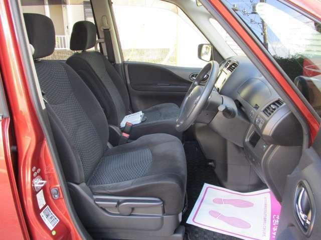 運転席座面調整・チルトステアリング機能・キャプテンシート・肘掛け付き・小物収納多数