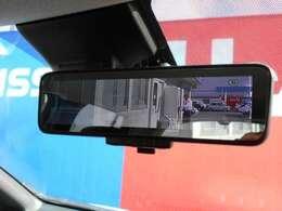 後方のカメラ映像がルームミラーに映り後席に人が乗ってる時や天候の悪い日も鮮明な画像が映るので安全で安心な装備です。