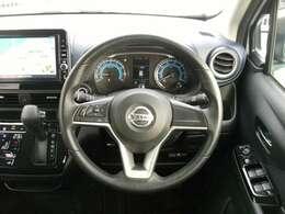 ハンドルにはステアリングスイッチが付いており、走行中でも簡単に音量の調節やチャンネルの変更ができます。