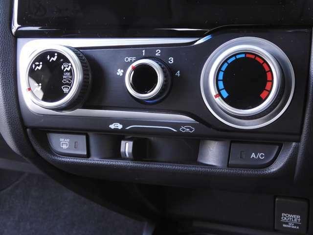 マニュアルエアコンが装備されています。エアコンクリーニング済み 当社では1年以上経過した車両に対し、一度エアコンガスを全て抜いた上で新たにガスを補充しますので冷えもバッチリ!快適にお使いいただけます。