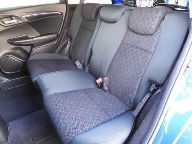2列目シートもゆったり快適に座っていただけますので、後部座席にお乗りの方も楽しくドライブに参加していただけます。