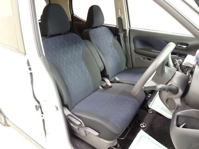 運転席はこのようになっております!足元が広々としており、長時間運転の疲れも軽減させてくれますね!