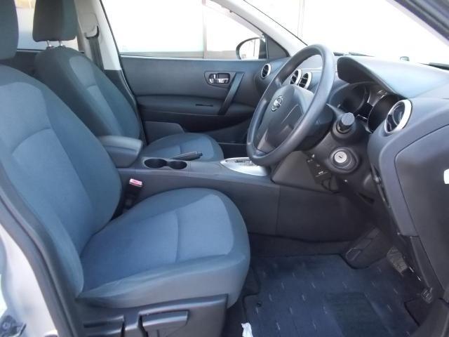 【シート調節】前後にスライドするだけでなく、シートの高さも調節することができます。広い視野や自身にあった運転姿勢を確保。快適で安全なドライブをお楽しみ下さい♪
