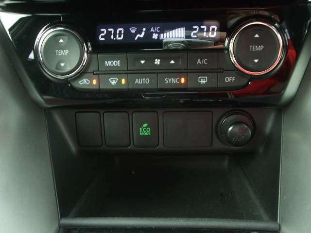 左右独立式のフルオートエアコンを装備。
