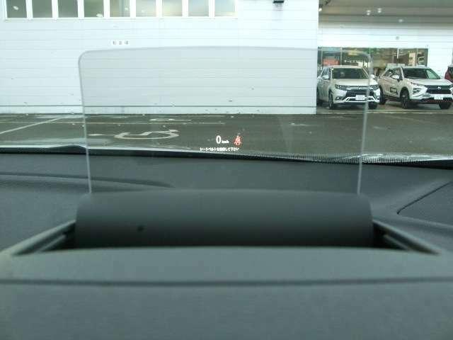 ヘッドアップディスプレイを装備。スピードメーターやインフォメーションを表示します。