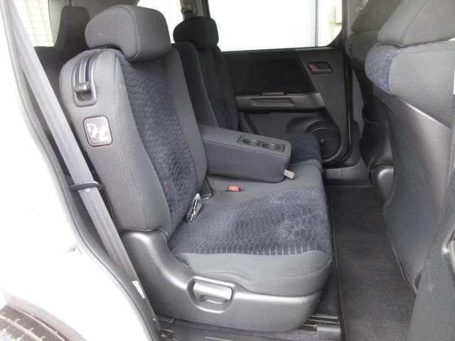 2列目シートは快適な座り心地をもたらす座面角度やウレタン硬度などを検証。最適な角度や硬度を設定することで、優れた着座フィーリングを実現します。またスライド量、リクライニング量とも充分に確保しています。