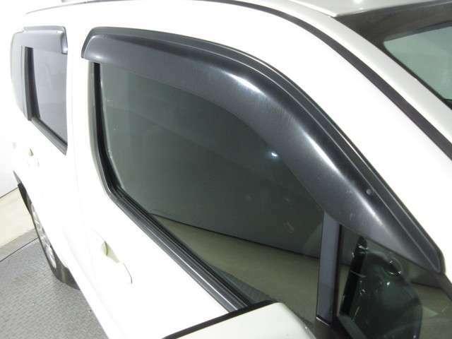 実用的で人気のオプション『ドアバイザー』が付いています! 雨の日でも窓を開けて換気ができる便利な装備!付いてて良かったと思える用品です!