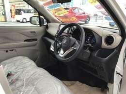 運転席側です。左右ウォークスルーが可能で便利ですよ!
