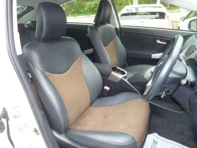フロントシート!汚れ・タバコのこげ穴等もなくクリーンな状態です!運転席側シートへは座面の高さ等をスイッチ操作にて調整可能なパワー機能を備えております!!