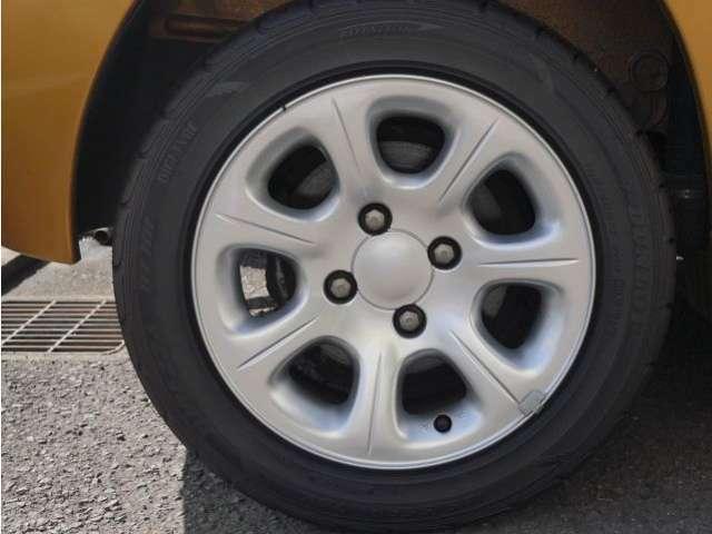ホイールは1本だけ小さなガリ傷があるもののダストの焼き付き、退色、などなく状態は良好です!タイヤの溝も十分残っています!