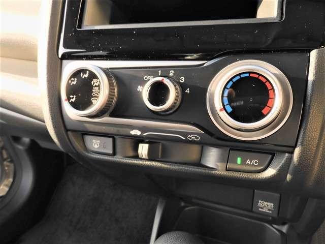 エアコン付きでお好みの温度調節ができ、オールシーズン快適にドライブできます。