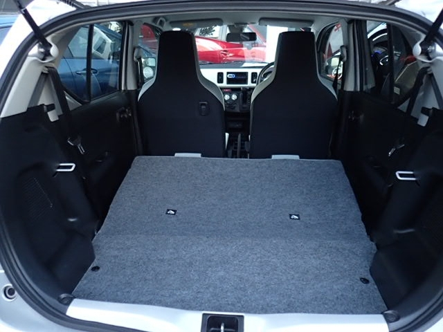 後部座席は一括で可倒でき、かさばる荷物にも対応できます。