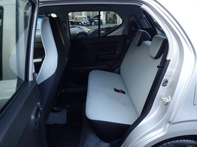 シートやトップシーリングに明るい色を使用し、広さを感じさせるインテリアになっております。