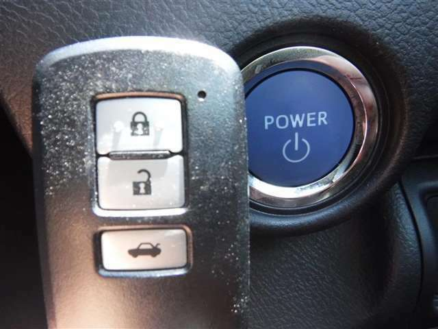 """スマートキーを携行していればカギを挿すことなくエンジンスイッチをワンプッシュで始動できちゃいます!いちいちカギを探さなくてよいので本当に""""スマート""""に乗り降りできますよ♪"""