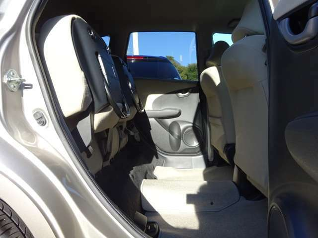 後席の座面を跳ね上げれば背の高い荷物も楽々!ラゲッジスペースも同時に使え、積み分けにも便利。左右片側だけのアレンジもできます。