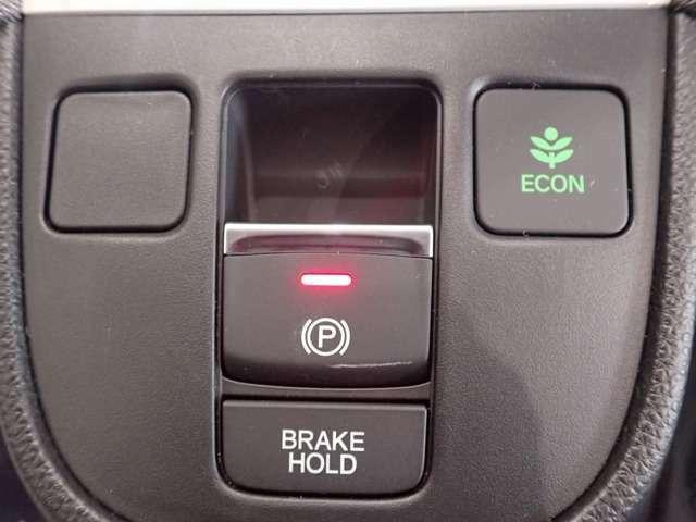 自動でブレーキを固定します。頻繁な信号待ちや渋滞で、なかなかクルマが進まない時も、運転終了後の足の疲れを大幅に軽減します