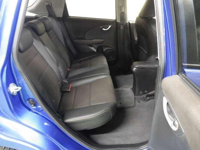 低重心フロアにより後席も広々として快適です。是非座ってみてください。広さがお分かりいただけると思います。
