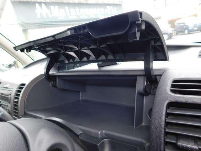 運転席側上部に便利な小物入れが装備されています。