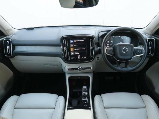オプション多数♪『XC40T5AWDインスクリプション』をご紹介!デニムブルーとブロンドレザーのお洒落な組み合わせ♪オプション装備のサンルーフ、ポールスター、スマホ充電機を装備しております!!
