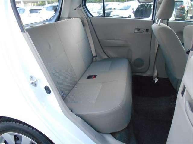 後席シート足元も十分な広さが有ります!