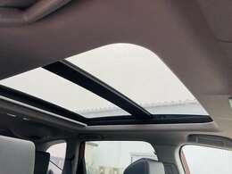 【 サンルーフ 】解放感溢れるサンルーフ♪車内には爽やかな風や太陽の穏やかな光が差し込みます♪