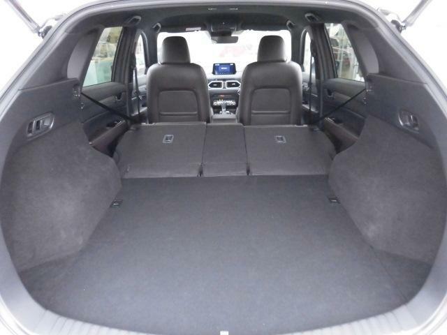 後部座席を両方とも倒していただきますと、このように広い荷室スペースを確保していただくことが可能です!