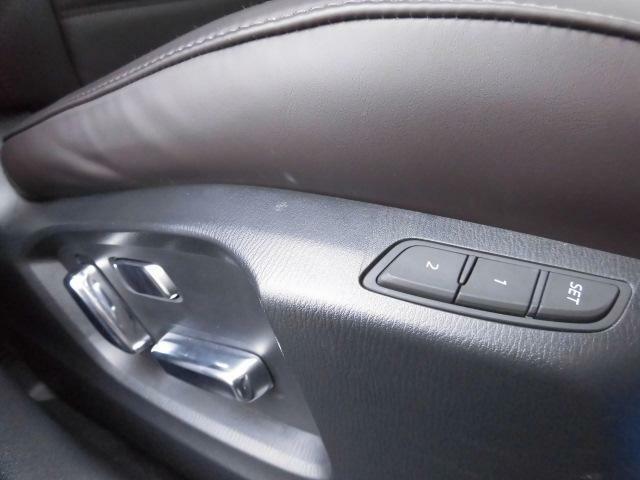 運転席・助手席には電動シートを装備!運転席シートには、ドライバーに合わせたシートポジションのメモリー機能が装備されています♪