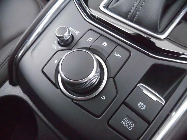 走行中に操作することの多いオーディオとナビゲーション、そしてお気に入り画面は、コマンダーコントロールのダイレクトボタンで直接表示できます。停車中はタッチパネルによる操作も可能です。