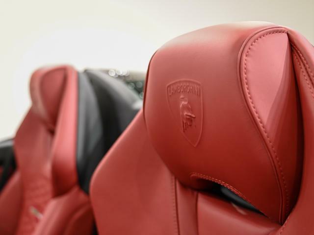 ヘッドレストにはランボルギーニのロゴがエンボス加工されております。