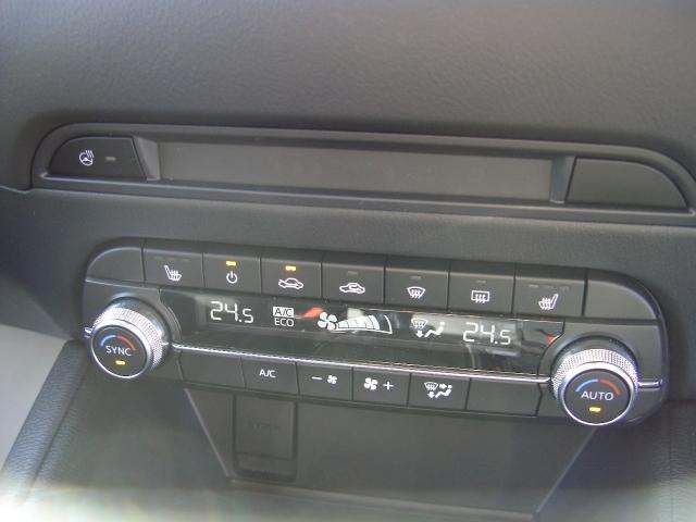 オートエアコン付き!温度設定だけで快適ドライブをサポート致します!シートヒーターも付いています!