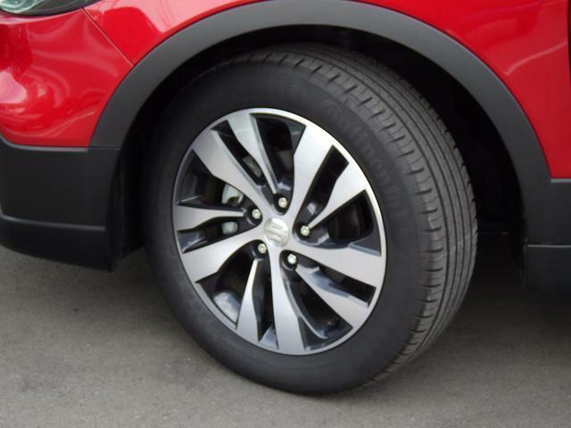 おしゃれなデザインのアルミホイールが足元を引き締めます。タイヤ溝も しっかりあります。